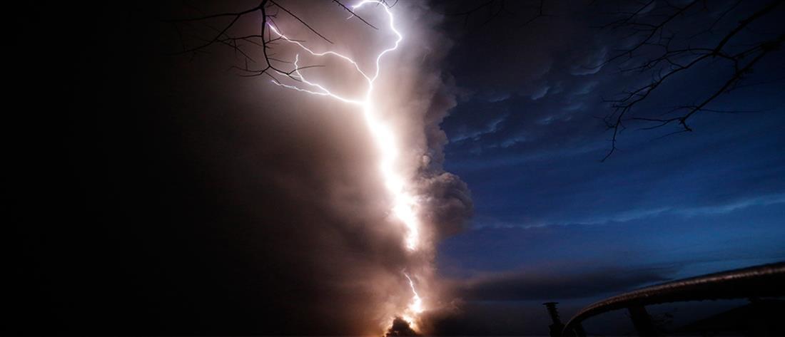 Εντυπωσιακές εικόνες: Κεραυνός φωτίζει το σύννεφο καπνού ηφαιστείου