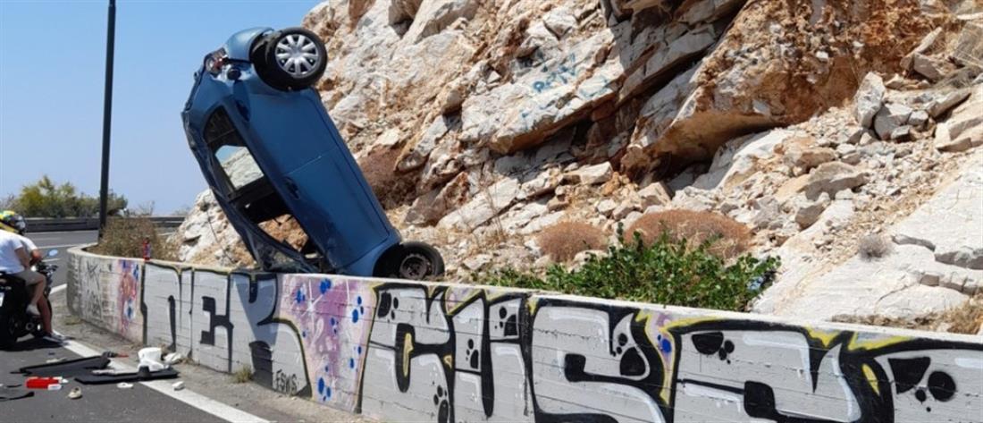 """Λιμανάκια Βουλιαγμένης: Αυτοκίνητο """"καρφώθηκε"""" στα βράχια (εικόνες)"""