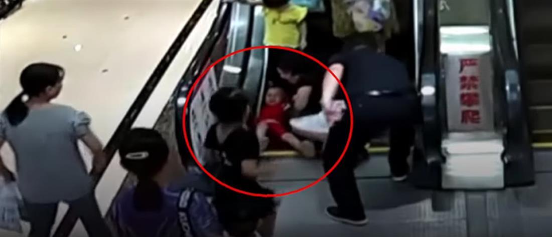 Βίντεο-σοκ: Αγοράκι εγκλωβίστηκε σε κυλιόμενες σκάλες