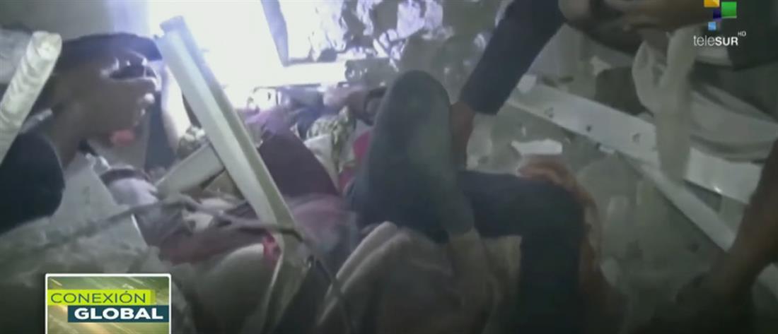 Δραματική διάσωση παιδιών που βομβαρδίστηκε το σπίτι τους στην Υεμένη (βίντεο)