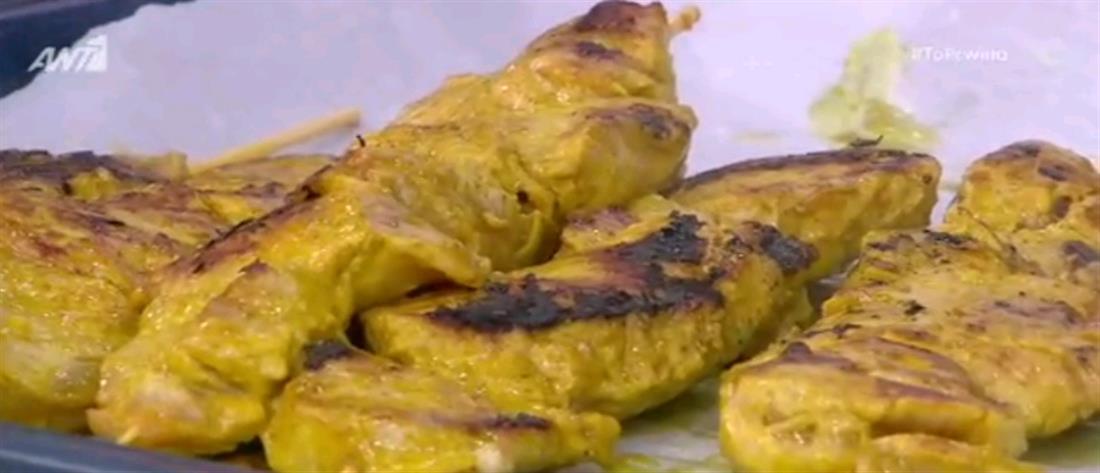Συνταγή: Χοιρινά σουβλάκια με σάλτσα από φυστικοβούτυρο