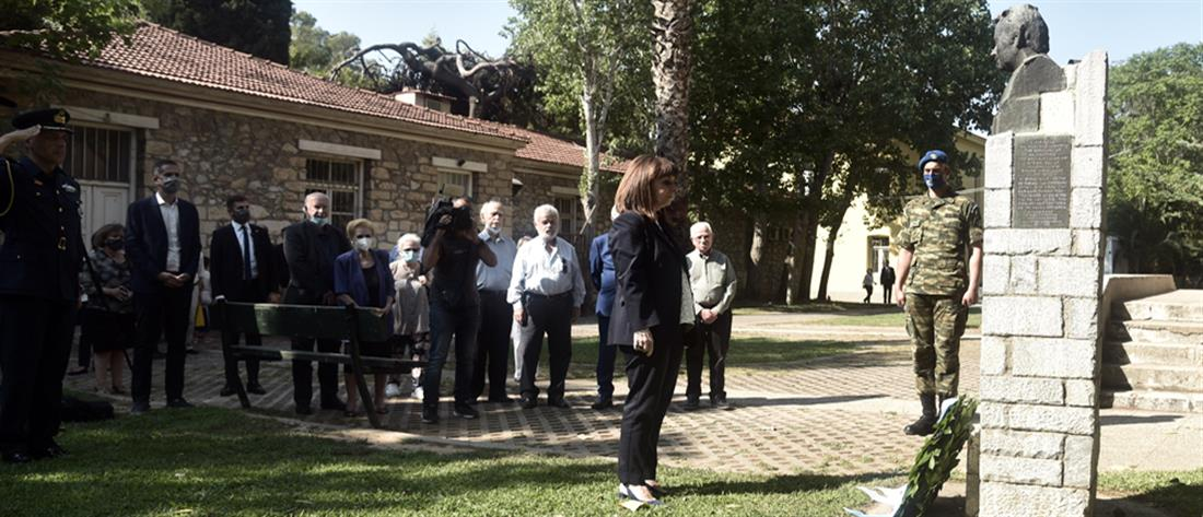 Σακελλαροπούλου: Κατέθεσε στεφάνι στην προτομή του Σπύρου Μουστακλή