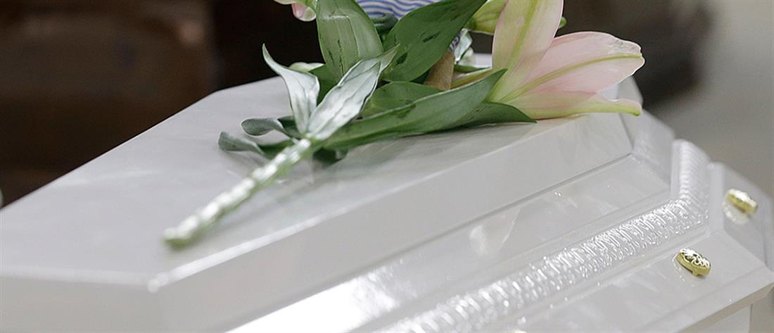 """""""Έκλαψαν και οι πέτρες"""" στην κηδεία του αυτόχειρα μαθητή"""