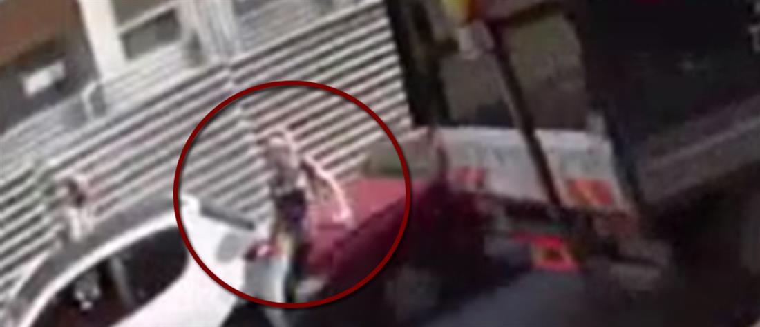 Βίντεο σοκ: αυτοκίνητο παρασύρει γυναίκα στη Θεσσαλονίκη