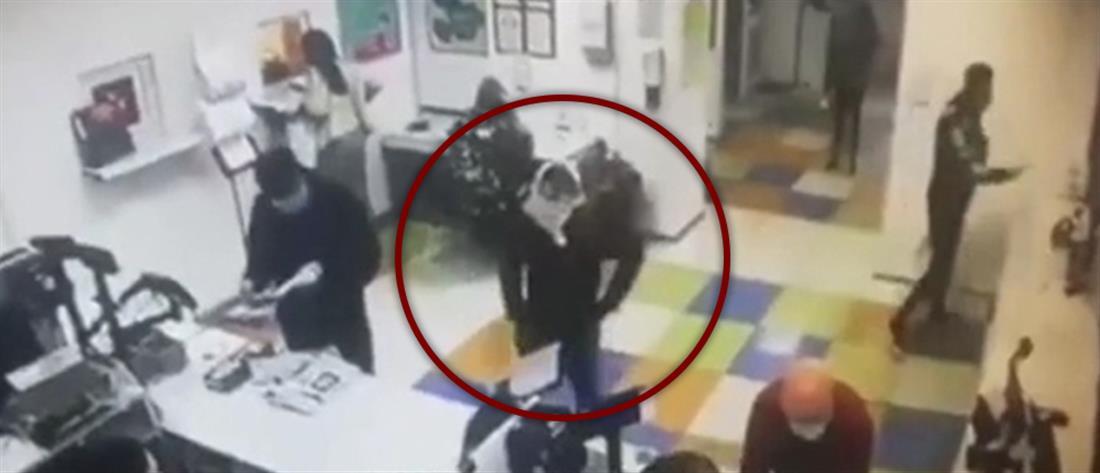Έβγαλε το εσώρουχο της και το φόρεσε ως μάσκα για να εξυπηρετηθεί! (βίντεο)