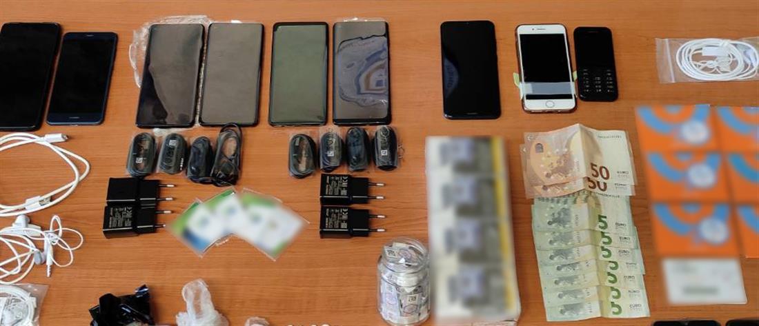 """Φυλακές Κορυδαλλού: Σωφρονιστικός υπάλληλος """"έσπρωχνε"""" ναρκωτικά και κινητά στους κρατούμενους"""