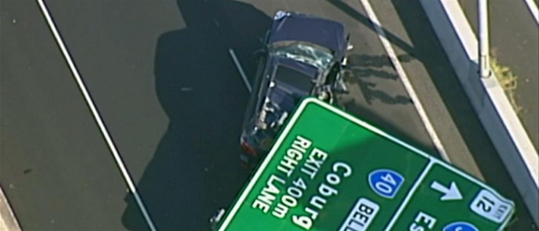 Πινακίδα σε αυτοκινητόδρομο καταπλάκωσε διερχόμενο αυτοκίνητο (βίντεο)
