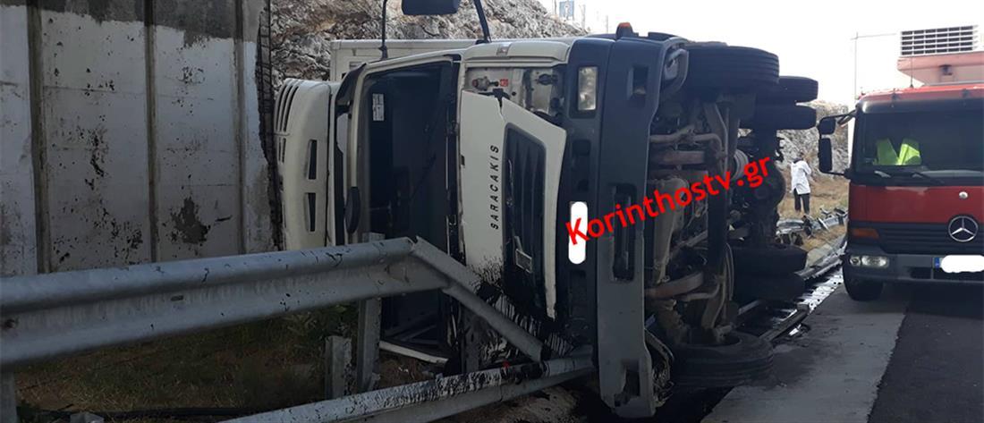 Ανατροπή φορτηγού στην Αθηνών – Κορίνθου (εικόνες)