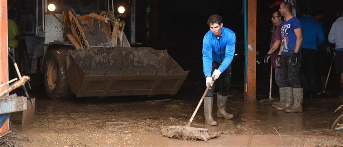 Ο Ναδάλ καθαρίζει την πλημμυρισμένη Μαγιόρκα (βίντεο)