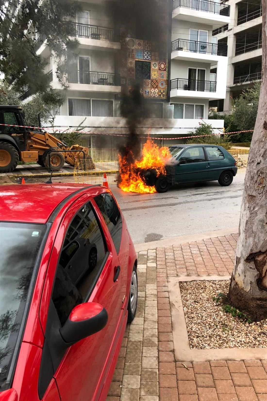 Φλεγόμενο αμάξι - ηλικιωμένη - παιδί - Γλυφάδα