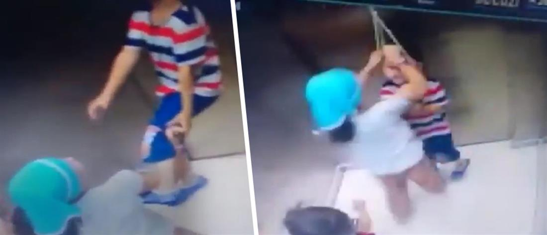 Τρομακτικό βίντεο: Παιδί κρεμάστηκε σε ασανσέρ και παραλίγο να πνιγεί