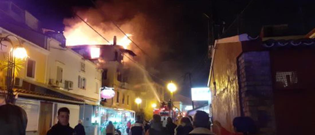 Στις φλόγες τριώροφο κτίριο στην Κέρκυρα (βίντεο)