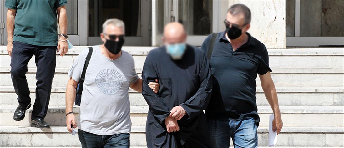Αγρίνιο: Στον ανακριτή ο ιερέας που κατηγορείται για βιασμό ανήλικης (εικόνες)