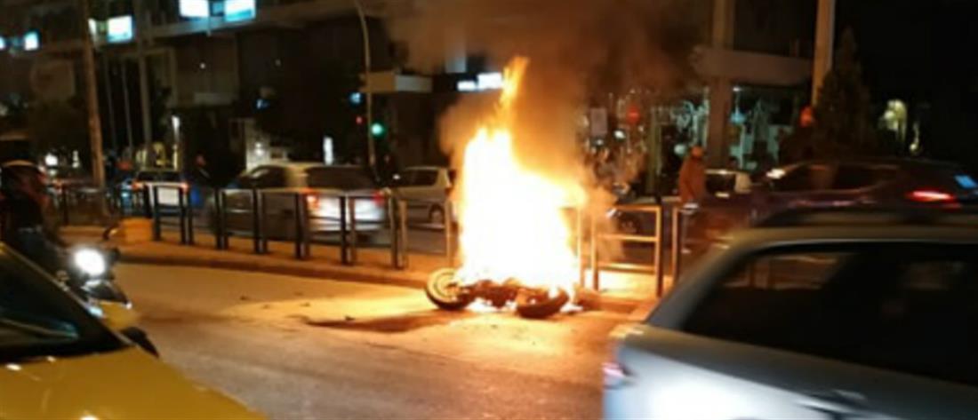 Μηχανή τυλίχθηκε στις φλόγες μετά από σύγκρουση με τζιπ (εικόνες)