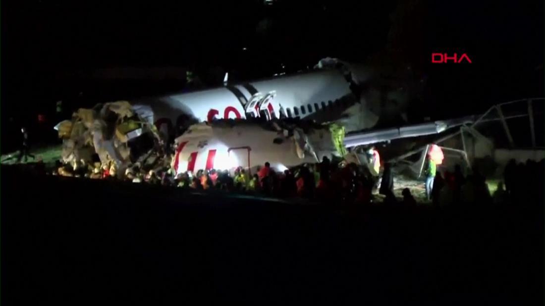 Αεροπλάνο βγήκε εκτός διαδρόμου και κόπηκε στα δυο στην Κωνσταντινούπολη