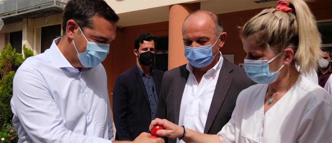 Τσίπρας στο Λαϊκό: Αντάλλαξε ευχές και τσούγκρισε αβγά με το προσωπικό