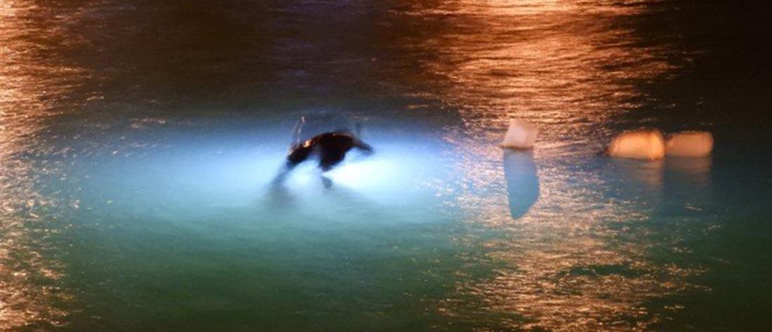 Αυτοκίνητο κατέληξε στη θάλασσα - Λιμενικοί βούτηξαν για να σώσουν τον οδηγό (εικόνες)