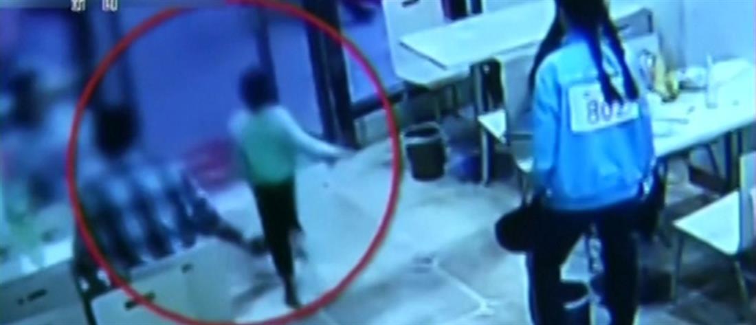 Γυναίκα έβαλε τρικλοποδιά σε αγοράκι και… το έστειλε στο νοσοκομείο (βίντεο)