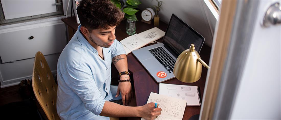 Δουλεύετε από το σπίτι; Tips για να είστε παραγωγικοί και με πρόγραμμα!