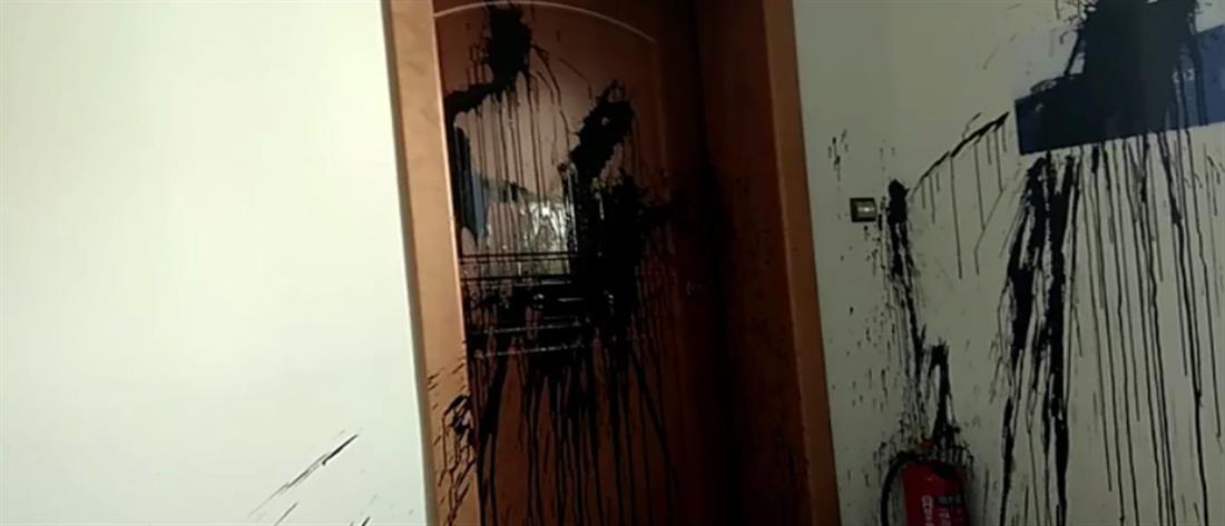 Επίθεση του Ρουβίκωνα στο γραφείο της Κεραμέως (βίντεο)