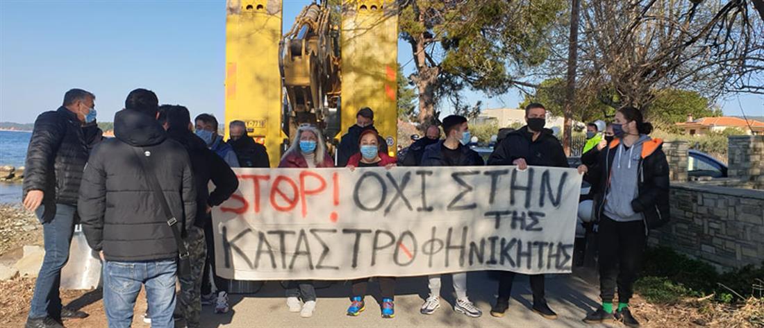 """Νικήτη Χαλκιδικής: """"Πιάστηκαν στα χέρια"""" κάτοικοι και ΜΑΤ (βίντεο)"""