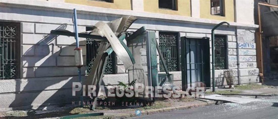 Φορτηγό έπεσε σε στάση λεωφορείου στον Πειραιά