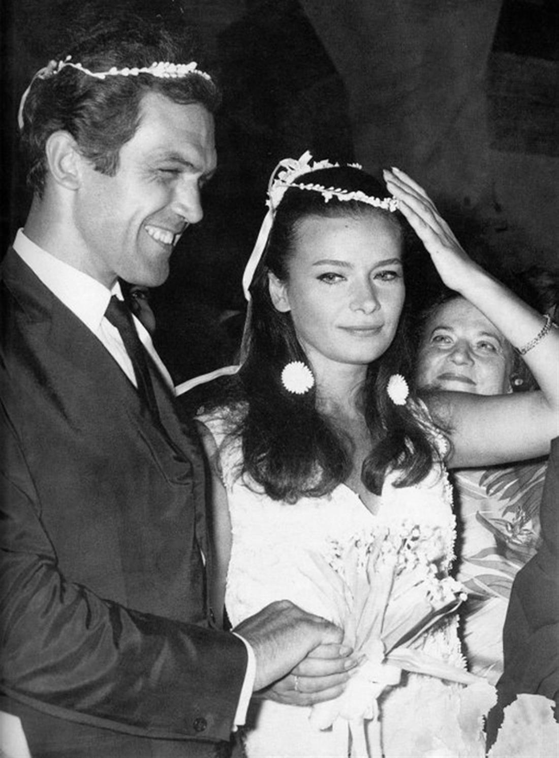 Τζένη Καρέζη - Κώστας Καζάκος: Ο κεραυνοβόλος έρωτας, η παρτίδα στο τάβλι που κράτησε 26 χρόνια και ο γάμος με τον Ζάχο Χατζηφωτίου