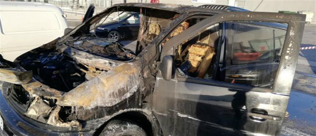 Στις φλόγες τυλίχθηκε βαν στην Σάμο (εικόνες)