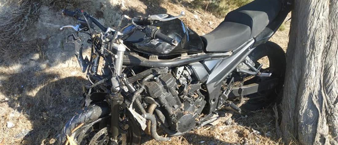 """Μηχανή """"καρφώθηκε"""" σε δέντρο - Νεκρός 27χρονος (εικόνες)"""
