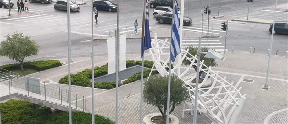 Κατέβασαν τις σημαίες του ΠΑΟΚ έξω από το Δημαρχείο Θεσσαλονίκης (εικόνες)