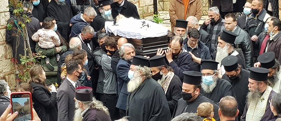 Κοσμοσυρροή χωρίς μάσκες σε κηδεία Αρχιμανδρίτη (εικόνες)