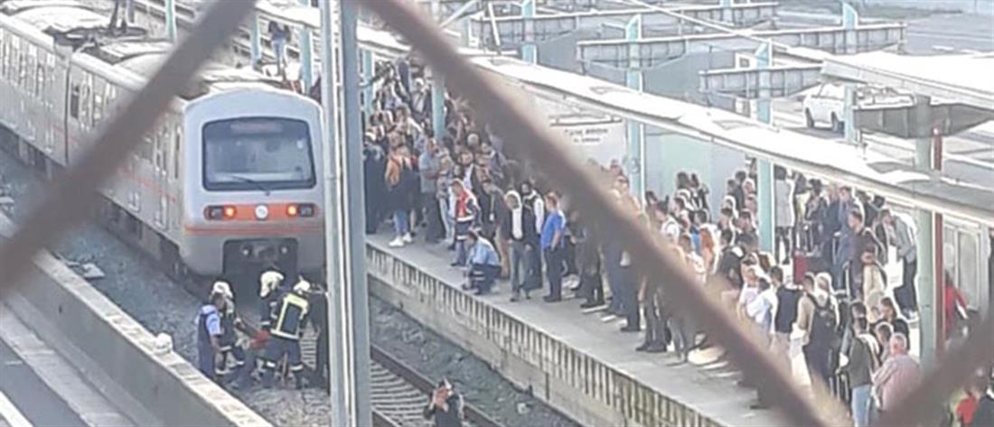 Απεγκλωβισμός επιβάτη από τις γραμμές του Προαστιακού (εικόνες)