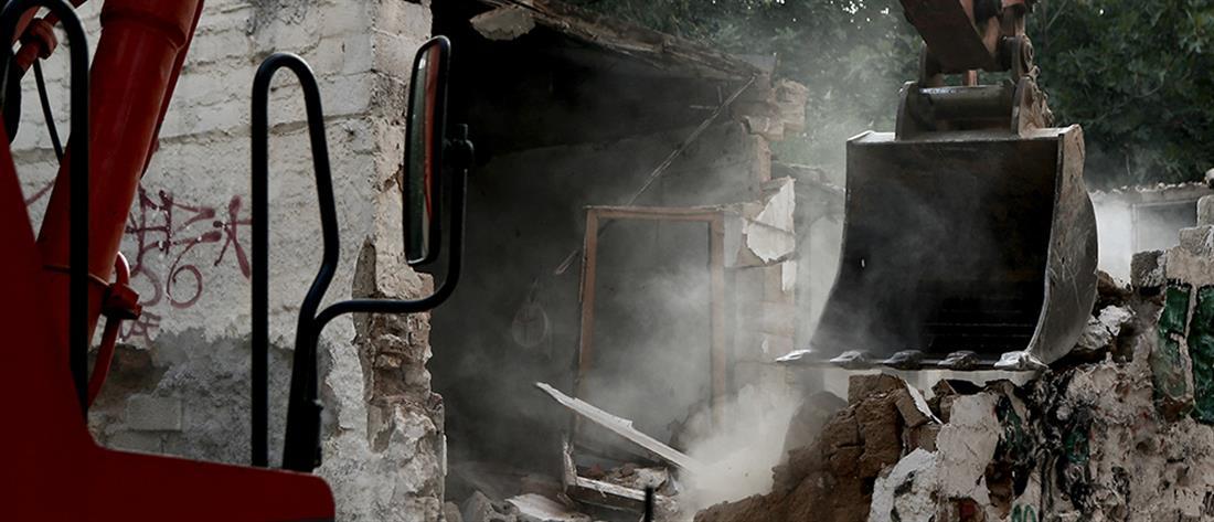 Κατεδαφίζονται επικίνδυνα κτήρια στην Αθήνα (εικόνες)