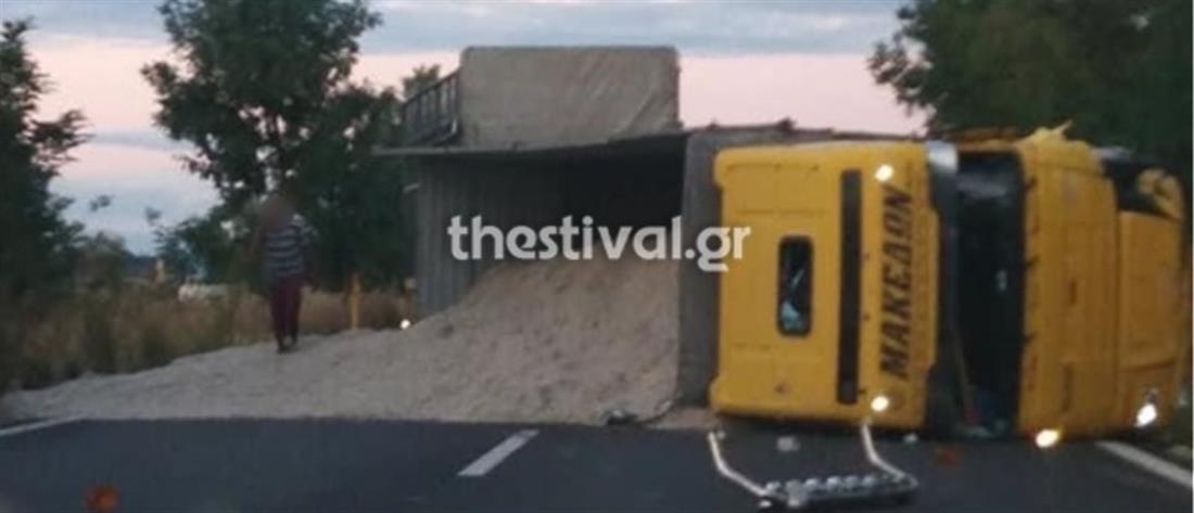 Σύγκρουση νταλίκας με αυτοκίνητο – Ένας νεκρός (εικόνες)