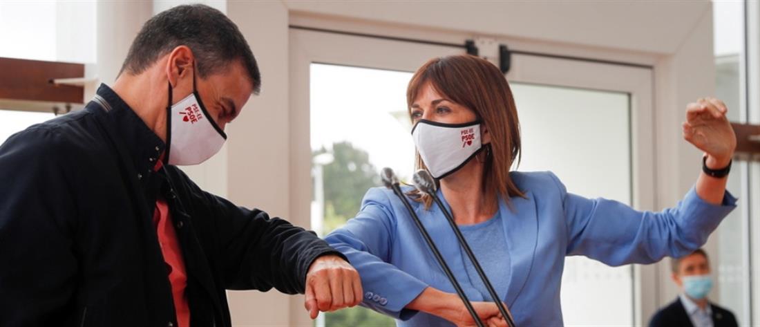 Ισπανία: Με μάσκα ο Πρωθυπουργός Σάντσεθ σε προεκλογική συγκέντρωση (εικόνες)