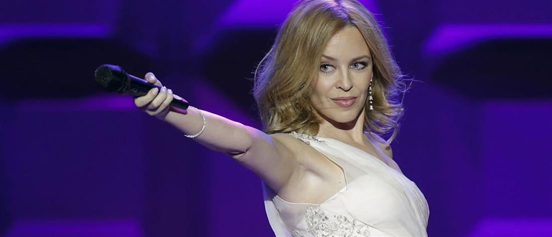 Kylie Minogue: Ποζάρει με το πουκάμισο του αγαπημένου της στην Ελλάδα!