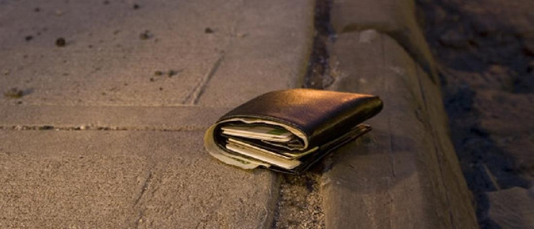 """Έλληνας στρατιωτικός βρήκε """"φουσκωμένο"""" πορτοφόλι Τούρκου και το παρέδωσε"""