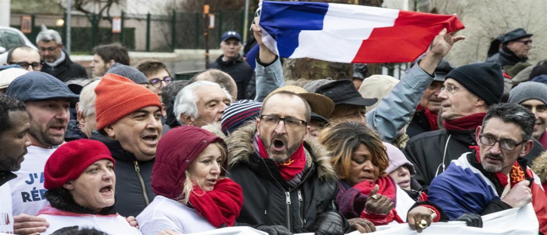 """Μετά τα """"κίτρινα γιλέκα"""", τα """"κόκκινα φουλάρια"""" διαδηλώνουν για τη δημοκρατία και τους θεσμούς"""