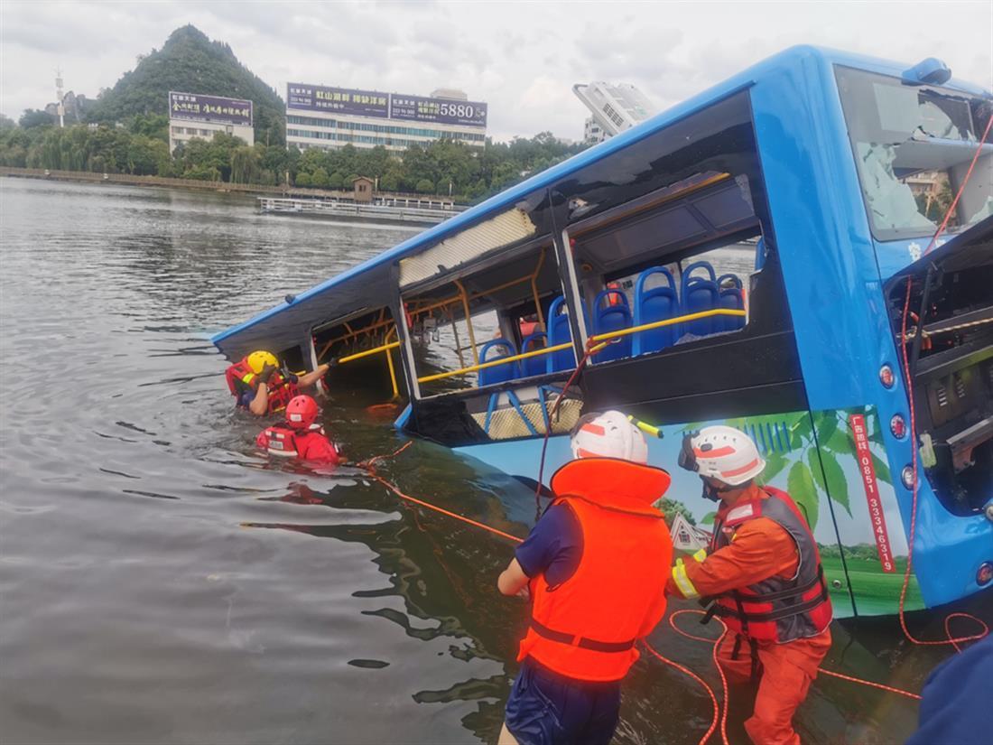 Κίνα - λεωφορείο - λίμνη