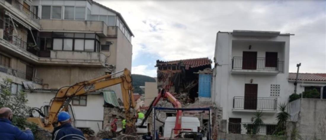 """Σεισμός στην Σάμο: Κατεδαφίστηκε το κτήριο που """"σκότωσε"""" τα δύο παιδιά (βίντεο)"""