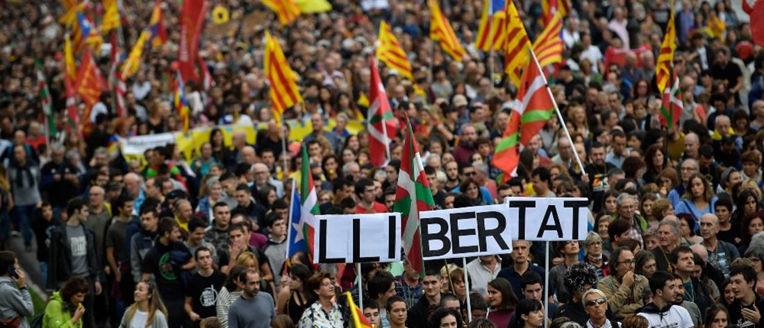 Μάχες αστυνομικών – διαδηλωτών στη Βαρκελώνη (εικόνες)
