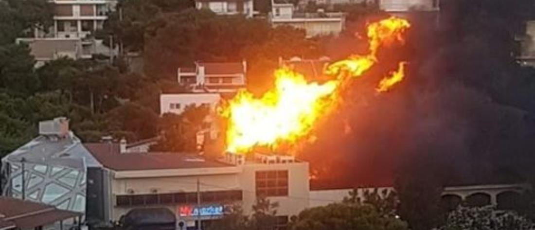 Φωτιά ανάμεσα σε σπίτια στην Νέα Πεντέλη (εικόνα)
