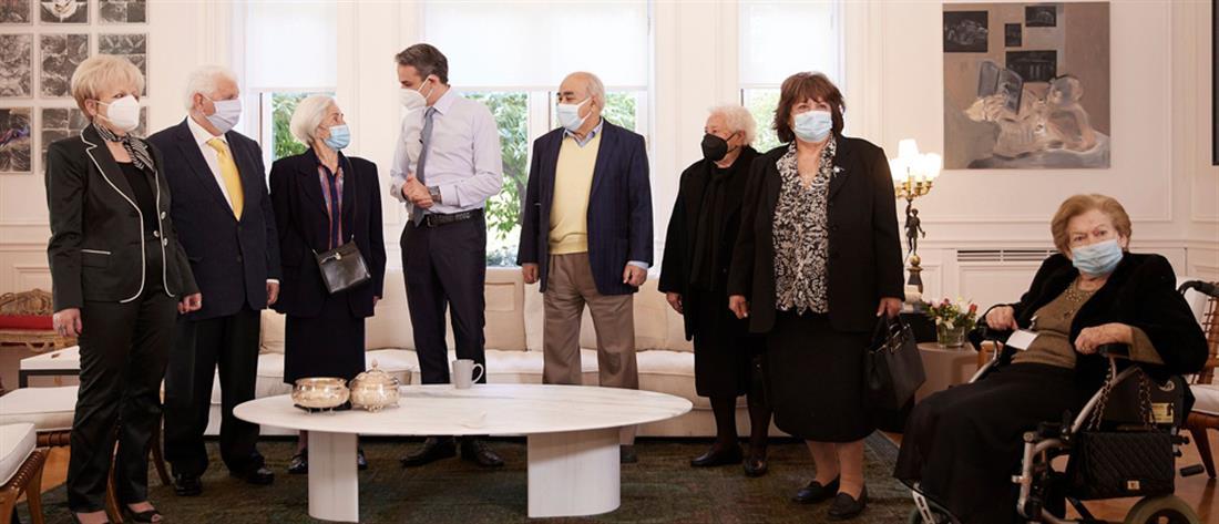 Συνάντηση Μητσοτάκη με ηλικιωμένους που εμβολιάστηκαν κατά του κορονοϊού (εικόνες)