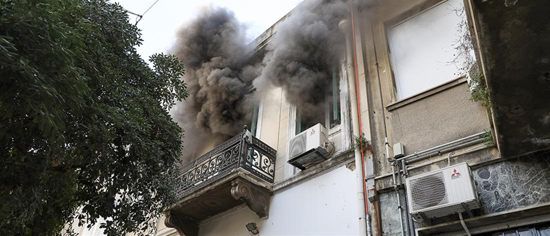 Φωτιά στην Ερμού, εκκενώθηκε κτήριο (εικόνες)