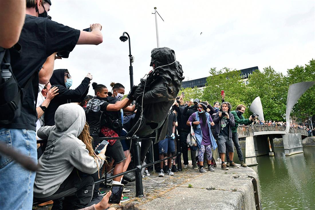 AP - Βρετανία - Μπρίστολ - διαδηλωτές - άγαλμα - Έντουαρντ Κόλστον