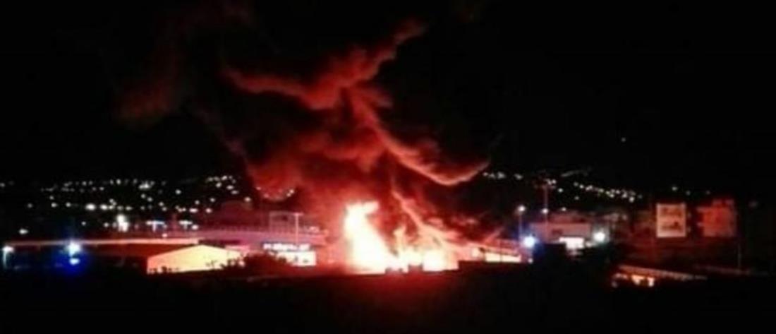 Μεγάλη φωτιά σε μάντρα αυτοκινήτων (βίντεο)