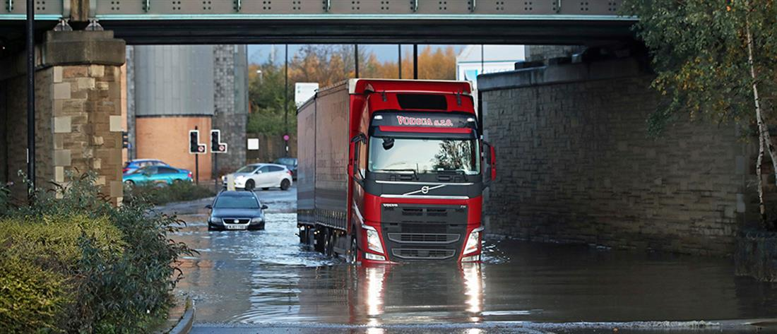 Βρετανία: κάτοικοι εγκαταλείπουν τα σπίτια τους λόγω των κατακλυσμιαίων βροχών (εικόνες)