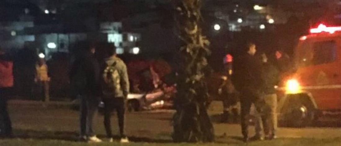 """Θανατηφόρο τροχαίο: Αυτοκίνητο """"καρφώθηκε"""" σε φοίνικα (εικόνες)"""