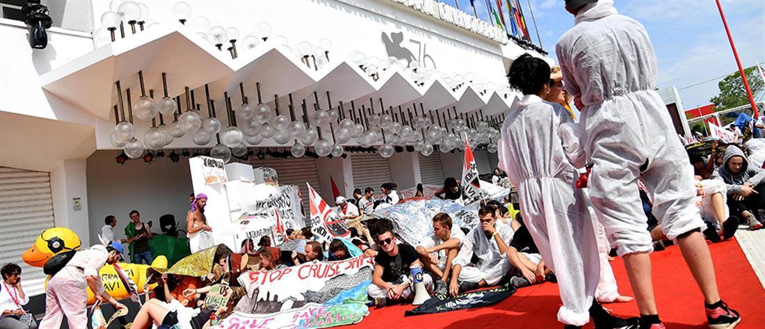 Φεστιβάλ Βενετίας: Οικολόγοι ακτιβιστές έκαναν κατάληψη στο κόκκινο χαλί (εικόνες)