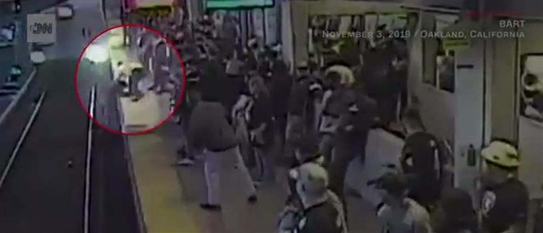 """Τον """"βούτηξε"""" από τις γραμμές δευτερόλεπτα πριν τον πατήσει το τρένο (βίντεο)"""